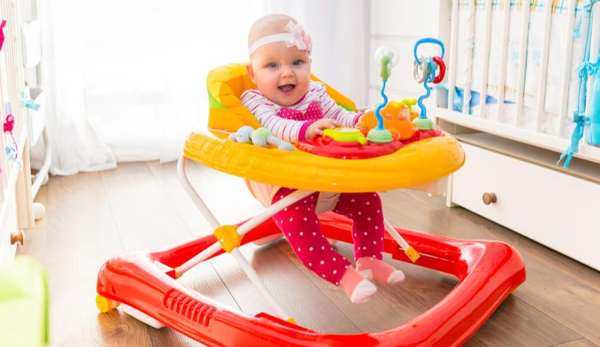 ¿Es seguro poner al bebé en la andadera?
