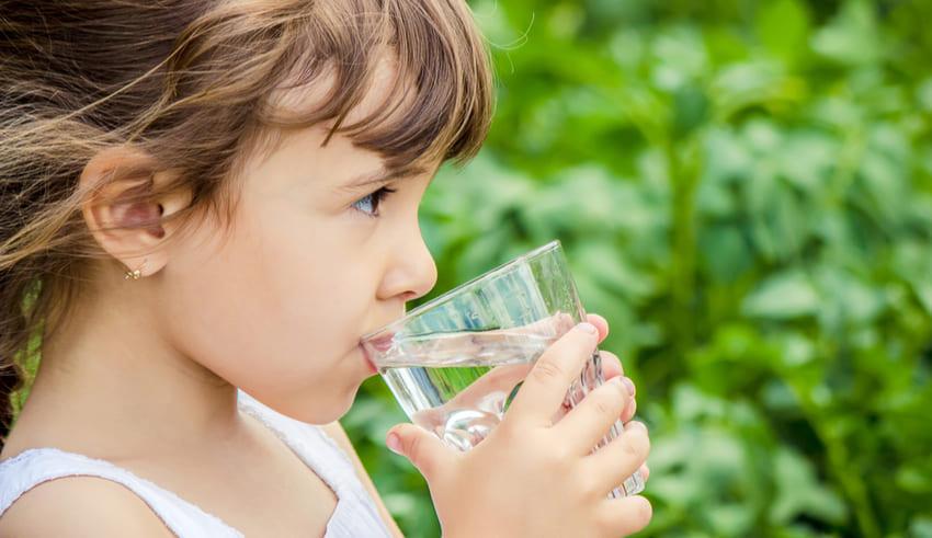 ¿Cuánta agua debe consumir tu niño?