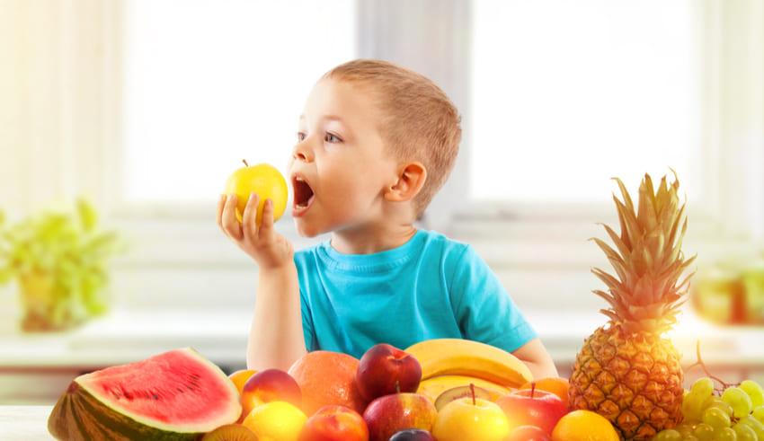 Consumir las frutas enteras es mejor que en jugo para la nutrición de tus niños