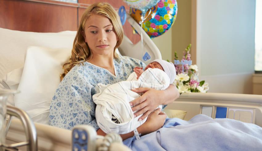 A los bebés y a las familias les afecta la depresión perinatal de las madres: declaración de política de la AAP