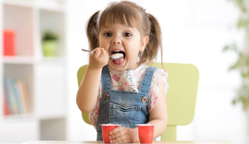Descubre qué yogures son los más sanos para los niños en su dieta diaria