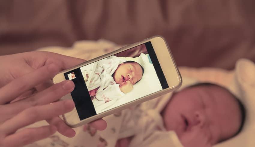 Padres que necesitan publicar fotos de los niños en redes sociales. ¿Por qué lo hacen?