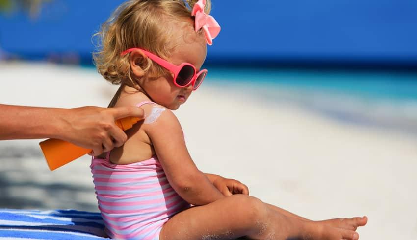 10 errores al aplicar protector solar a los niños