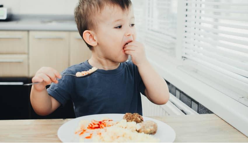 7 alimentos que nunca debes dar a tu hijo si quieres que duerma