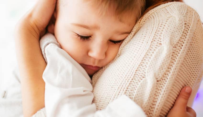 Por qué el cerebro de un niño necesita 12 abrazos al día
