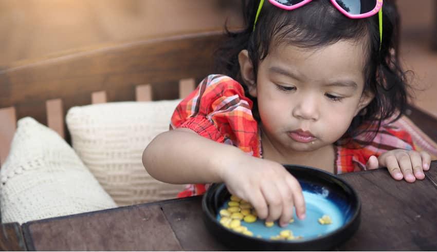 El peligro y los riesgos de dar frutos secos a los niños pequeños