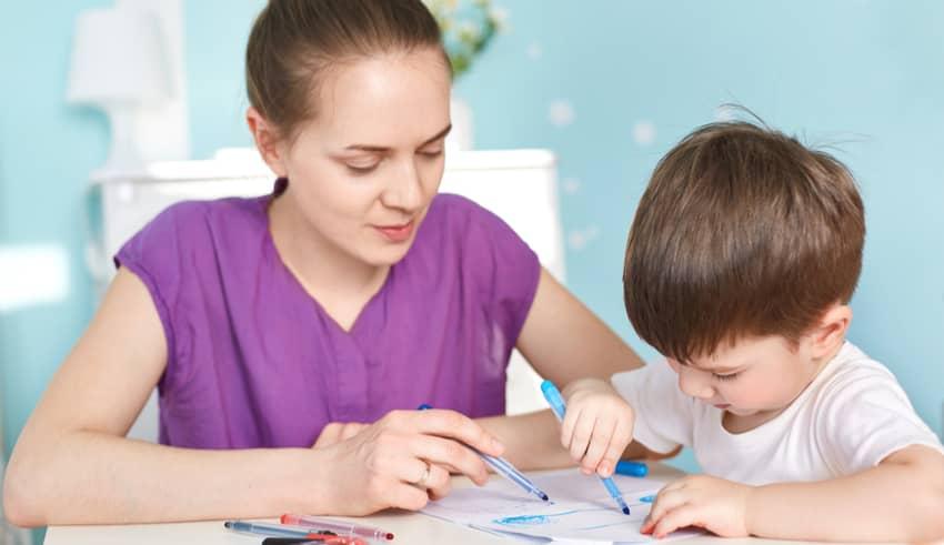 Los niños que hacen deberes con sus padres sacan peores notas, según un estudio