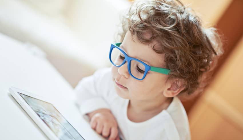 Las pantallas pueden producir miopía a los niños