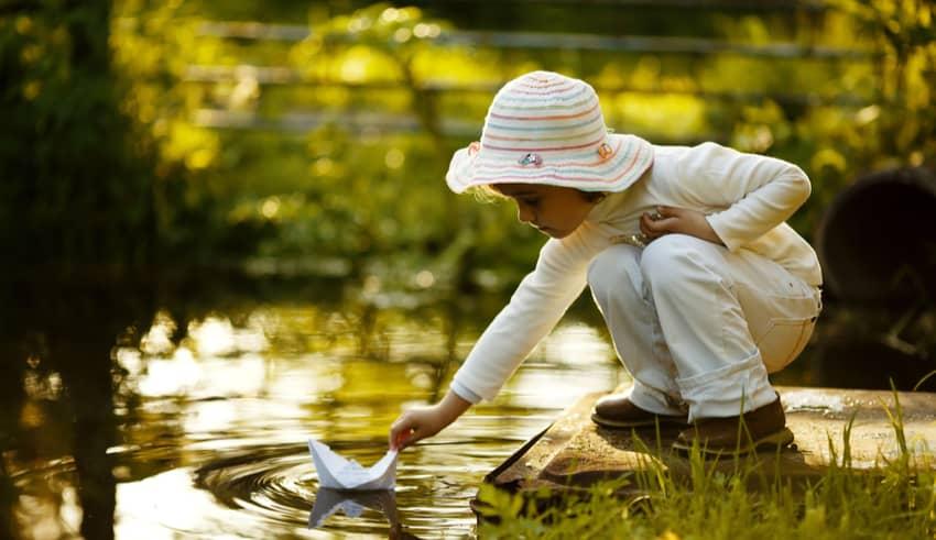 Juegos con agua del método Montessori que divierten y enseñan a los niños