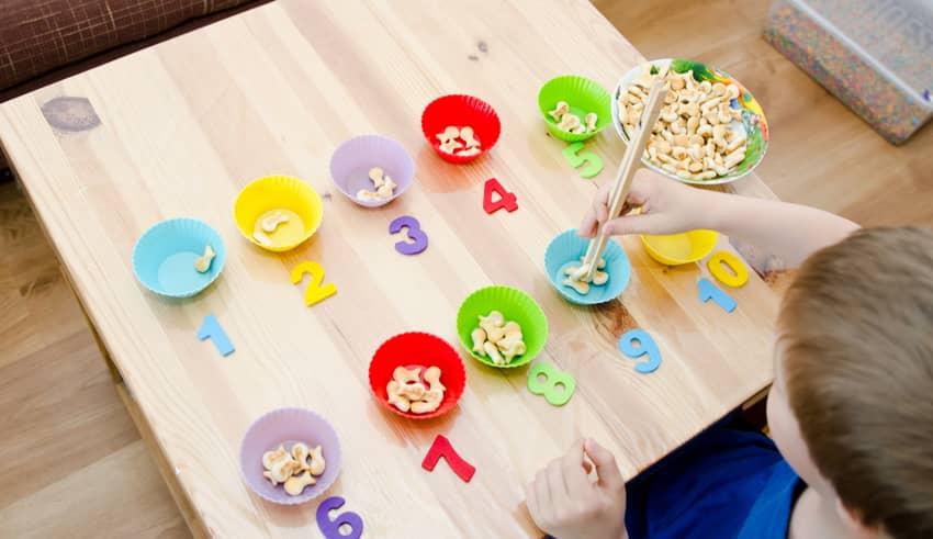 Juegos para enseñar a los niños matemáticas con el método Montessori