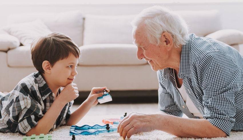 Niños que crecen cerca de sus abuelos son más felices