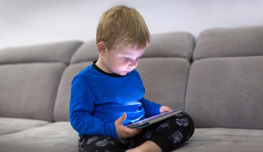 Las pantallas generan serias complicaciones en el desarrollo cerebral de los niños