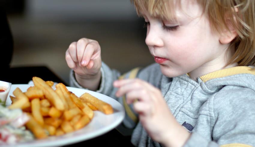 El adolescente que quedó casi ciego por alimentarse a base de papas fritas