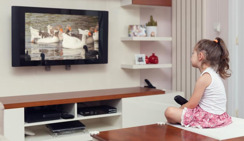 OMS aconseja no dejar a los bebés viendo la televisión