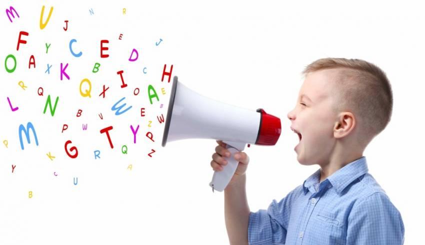 Los bebés transmiten y se comunican siempre. Se dice que, a los 18 meses, entienden cerca de 20 palabras, a los dos años ya entienden hasta 50 o más palabras e incluso pueden mezclarlas en pequeñas oraciones.