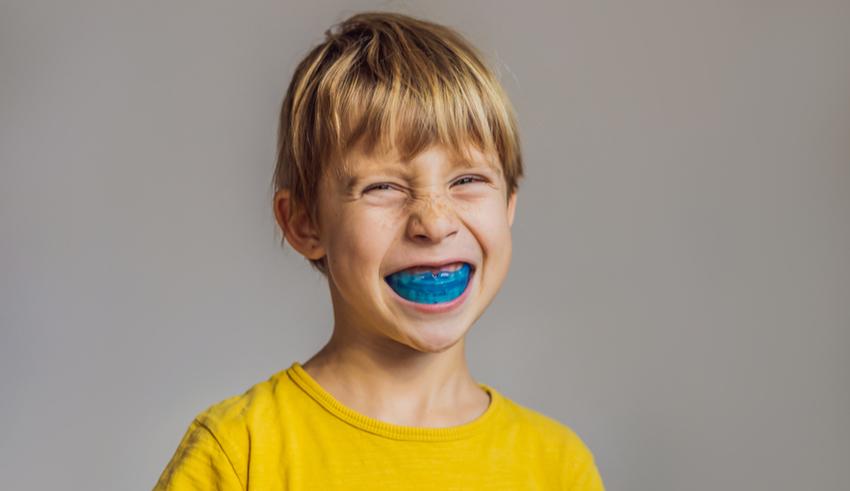 ¿Es normal que mi hijo aprieta los dientes mientras duerme?