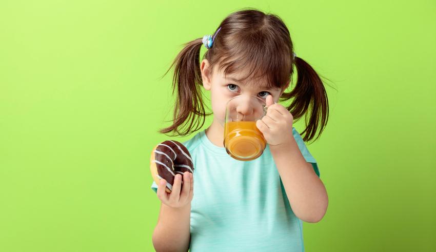 Por qué los bebés menores de un año no deben ingerir jugo de frutas