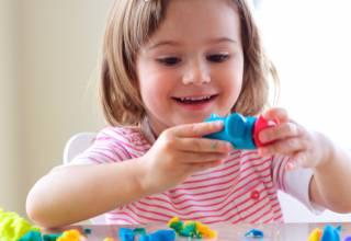 La plastilina es un plástico flexible que a todos los niños les agrada mucho manipular.