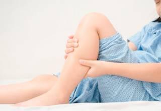 Algunos síntomas son los dolores presentes en las articulaciones, inflamación, dificultad en el movimiento, rigidez al levantarse por la mañana, entre otros.