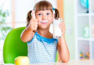 Los suplementos alimenticios que son ricos en vitamina D ayudan a la absorción del calcio, produciendo en su cuerpo los pilares fundamentales que necesita para producir y mantener los huesos fuertes.